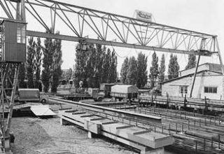Bahnschienen und Kran