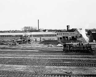 Stahlhalle und Bahnschienen