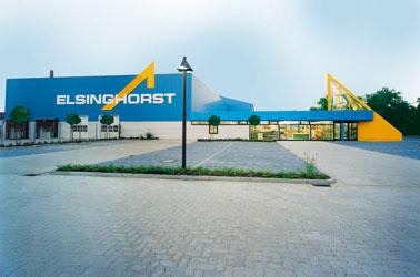 Fachmarkt und Lagerhalle mit Parkplatz