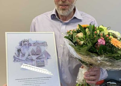 Mann mit Blumenstrauß und Bild