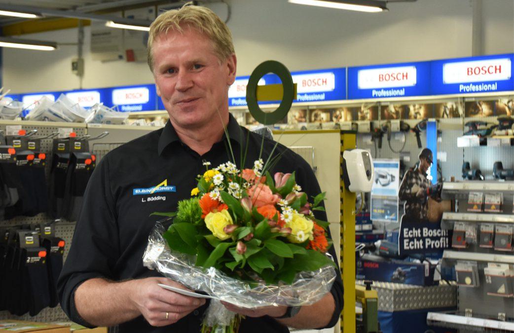 Mann mit Blumen im Einzelhandel