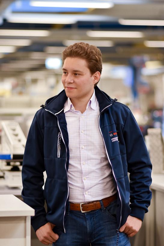Ein Junger Mann steht in einem Geschäft.